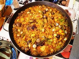Paella de arroz, conejo y caracoles