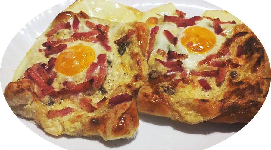 Hojaldre con huevo y bacon